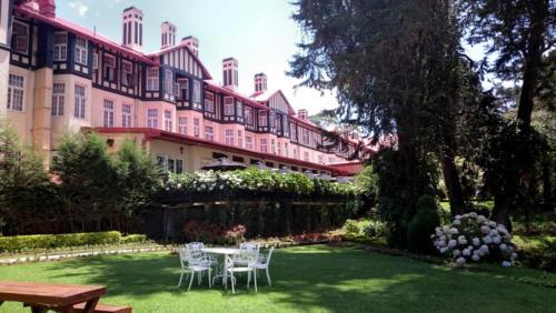 Le Grand Hotel, un des bâtiments iconiques de Nuwara Eliya. ... Et le matin !